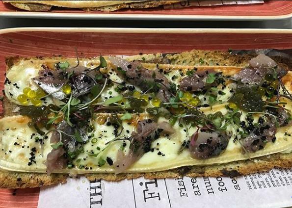 Tosta de algas con queso, brie y sardina ahumada